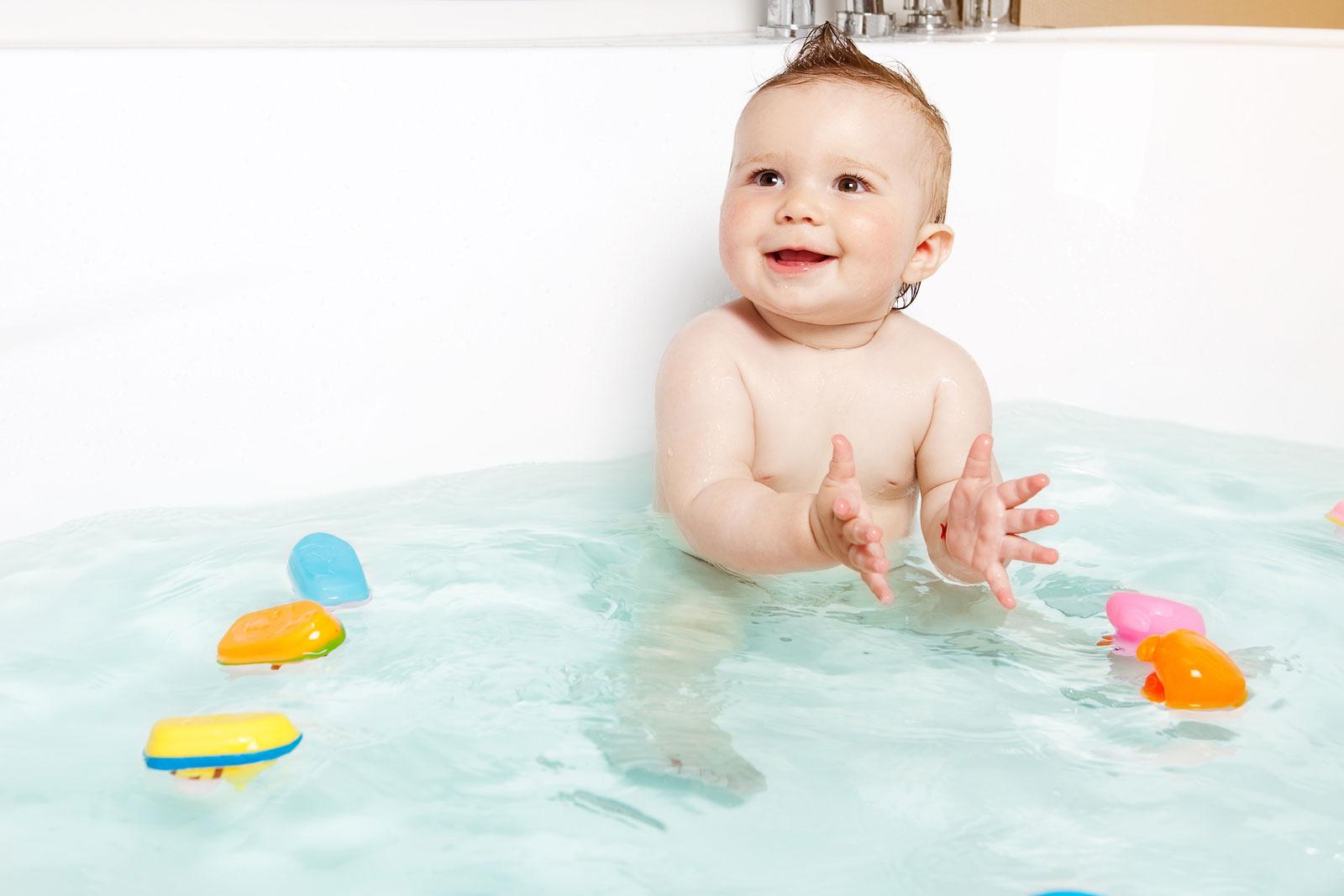 Bebé bañándose